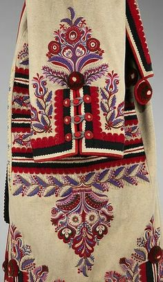 Hungarian Embroidery Pattern The Hungarian szür is derived from mantles over 2500 years old, and continued to be worn into the early century. The garment was worn by shepherds mostly, providing protection from the harsh elements - Hungarian Embroidery, Folk Embroidery, Learn Embroidery, Embroidery Patterns, Textiles, Bordado Popular, Costume Ethnique, Ethno Design, Folk Costume
