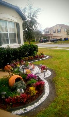 Add value to your home with best front yard landscape. Explore simple and small front yard landscaping ideas with rocks, low maintenance, on a budget. Front Yard Garden Design, Small Front Yard Landscaping, Florida Landscaping, Home Landscaping, Landscaping With Rocks, Garden Beds, Landscape Design, Landscape Plans, Design Ideas