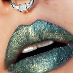 Check out this rad idea! @mutokki used #sugarpill Clickbait loose eyeshadow mixed with glycerine to create the most amazing glossy teal moss lip. In love!  Jewelry: @lotusandco