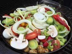 Gemüse-Pfanne vom Grill: Zwiebeln, Porree, Champions, Tomaten, Scampis, Paprika und Kokosöl