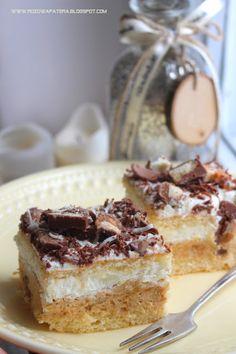 Puszyste ciasto z kremem batonikowym ze słonymi paluszkami
