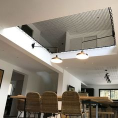 A hammock floor will allow you to create additional living space, with a contemporary design that will allow you to preserve natural light. Hammock Netting, Indoor Hammock, Home Room Design, Home Interior Design, House Design, Mezzanine Design, Home Climbing Wall, Vaulted Ceiling Lighting, Bedroom Loft