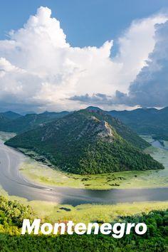 """Suchst du nach Montenegro Sehenswürdigkeiten oder Geheimtipps für Ihre nächste Reise? Dann bist du bei uns genau richtig. Das Land, dessen Name """"Schwarzer Berg"""" bedeutet, wird immer beliebter. Jung, überraschend, aber auch traditionell präsentiert sich das neue Reiseziel. Die Regierung hat sich nicht umsonst in den letzten Jahren redlich darum bemüht, neue Investoren in der Tourismusbranche anzulocken. Das Ergebnis kann sich sehen lassen und wir sind überzeugt - Montenegro ist eine Reise… Montenegro, Mount Rainier, Mountains, Nature, Travel, Country, Hush Hush, Black Man, Tourism"""