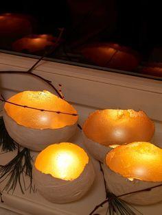 Advent, Advent, ein Lichtlein brennt! Dieses tolle Lichterschalen-DIY von edding müssen wir direkt nachbasteln.Ihr baucht: Luftballons, Gipsbinden, Schere, Universalgrundierung (z.B. von edding), Acryllack in Gold (z.B. edding Permanent Spray in Reichgold), Unterlage zum Sprühen, TeelichterUnd so geht's: Den Luftballon in der Größe der späteren Schale aufblasen, Gipsbinden in kleine Stücke schneiden, in Wasser tauchen und den Ballon bis zur halben Höhe überlappend damit bekleben. Jede…