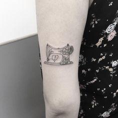 Tatuagem da Fernanda, muito obrigada moça! ⚠️ Ainda não terminei de agendar a minha lista de espera do ano passado, assim que terminar responderei a todos! Se você está na lista de espera e eu ainda não entrei em contato com você é porque estou seguindo a ordem e aguardando as respostas. ⚠️ #blackworkerssubmission #darkartists  #btattooing #blacktattooart #blackwork  #tattooistartmagazine #blacktattoomag #tattooculturemagazine #onlyblacktattoos  #tattoo #tatuagem #sketch_daily #equilattera…