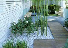 Une allée de jardin japonaise avec bambous et cailloux blancs - Japonese garden path, bamboo and white stones - Marie Claire Maison