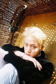 OMGOSH!!! Jin looks so handsome!!! I did not even recognize him with his blonde hair. Totally loving this look <3