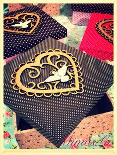 Caixas forradas em tecido com apliques para convite de padrinhos do bebê. MimosLu. Www.mimoslu.com.br