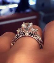 La bague de fiançailles la plus populaire sur Pinterest est... très clinquante