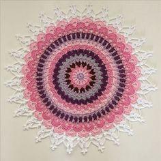 """Visste ni att lotusblomman inom hinduismen och buddhismen är en helig blomma som står för perfektion?För oss praktiserandevirkholister bjuder idag Camilla """"Virkmillan"""" Lindberg på ett härligt mönster inspirerat av denna …"""