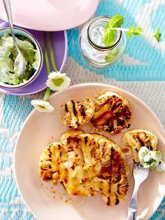 Vegetarisch grillen kann so lecker sein! So geht gegrillter Blumenkohl mit Avocado-Minz-Remoulade
