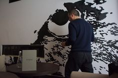 Le hibou repeint par Victor Ash / The Owl being repainted by Victor Ash @The Chess Hotel Photo © Gabriel Otero #hotel #paris #victorash
