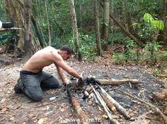 Allumer un feu en croix durant le bivouac est difficile en Amazonie !