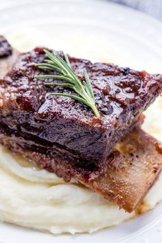 Classic Braised Beef Short Ribs are cooked low and slow until they reach fall-off-the-bone deliciousness. **a bit salty, adjust the liquids. Get meatier ribs** Boneless Short Ribs, Braised Short Ribs, Braised Beef, Rib Recipes, Other Recipes, Cooking Recipes, Cooking Ribs, Cooking Bacon, Chicken Recipes