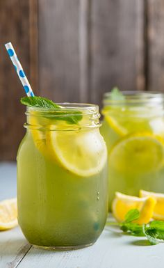 Refreshing Matcha Green Tea Lemonade When the sun's out and you want to treat yourself to a nice cold beverage, this pick-me-up Matcha Green Tea Mint Lemonade will do just the trick. Refreshing, packed full of antioxidants and energizing, this just might Refreshing Drinks, Fun Drinks, Yummy Drinks, Healthy Drinks, Healthy Recipes, Beverages, Juice Smoothie, Smoothie Drinks, Green Tea Lemonade