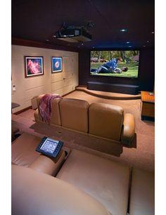 La silla está en el teatro segundo piso. Guyvan ver película en el teatro.