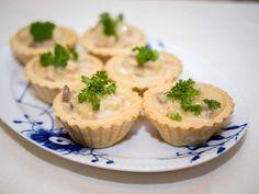 Klassiske tarteletter med høns i asparges Danish Cuisine, Danish Food, Nordic Recipe, Food Inspiration, Carne, Tapas, Cheesecake, Brunch, Cooking Recipes