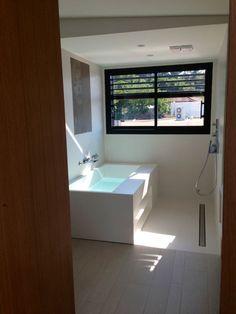 Salle de bain des filles : douche et baignoire - [S�te] - Maison contemporaine en bois : on est dans la place ;) par Thao� sur ForumConstruire.com