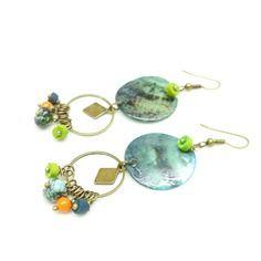 Boucles d'oreille hippies couleurs impressionnistes . boucles d'oreille anneaux, breloques et perles multicolores.