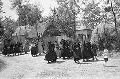 Útban a misére, Őrhalom 1952 (fotó Néprajzi Múzeum Folk Dance, Old Pictures, Historical Photos, Hungary, Budapest, The Past, Street View, History, Vintage
