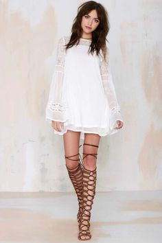 ℬᴏʜᴏ ☮ ℬᴀʙᴇ {Mayaguez Lace Shift Dress and gladiator sandals} LOVE IT. White Long Sleeve Dress, Mini Dress With Sleeves, Lace Sleeves, Bell Sleeves, White Dress, Bohemian Mode, Boho Chic, Style Outfits, Diy Couture