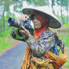 Heeyy what u see in the camera??? A beautifull landscape??? Or u click now??? #photography #cannon #camera #petani #ibutani #landscape #photogram_tr #landscaper #lovephotography #photographer #indophotography #petanigaul  #petaniluarbiasah
