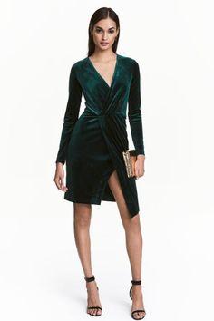 Robe en velours: Robe courte en velours avec encolure en V plongeante. Modèle ajusté et croisé avec plis plats en haut. Découpe à la taille. Jupe doublée.