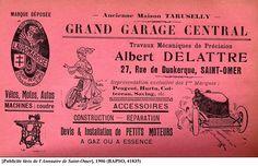Cette publicité pour « L'Audomaroise », garage de vente et de réparations, est illustrée par une femme à côté d'un vélo. Si les hommes, médecins ou non, sont contre la pratique féminine de cet engin aux XIX et XXe siècles, les femmes, elles, y voient un moyen d'émancipation et font même changer les lois afin de porter des pantalons pendant la pratique. Dans certains pays, le vélo est encore interdit aux femmes de nos jours.