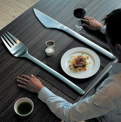 penggunaan alat makan seperti sendok garpu dan pisau berukuran besar juga membantu mengurangi porsi makan dan memberikan respon cepat kenyang