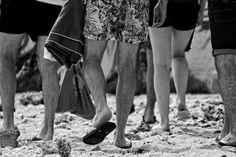 Schwarz-Weiss-Fotografie von Beinen verschiedener Personen am Strand von Saint Pierre auf der Insel La Reunion Strand, Black And White, Pictures, White Photography, Island, Legs, Monochrome, Blanco Y Negro, Black White