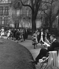 Park Monceau Paris 1953 Photo: Robert Doisneau