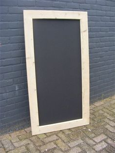 Zelf maken: mdf plaat, magneetverf + krijtbord verf. Steigerhouten lijst er om heen. Leuk voor bij Sem's tafeltje! Pallet Crafts, Wood Crafts, Diy Projects To Try, Wood Projects, Chalkboard Banner, Planer, Wood Signs, Kids Room, Sweet Home