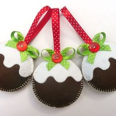 Christmas Pudding Felt Tree Ornaments - could be hand sewn, machine sewn or even glued. Lovely bow and button detail. Handmade Christmas Decorations, Felt Decorations, Felt Christmas Ornaments, Christmas Fun, Beaded Ornaments, Crochet Christmas, Paper Ornaments, Snowman Ornaments, Christmas Balls