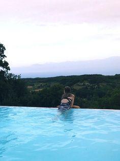 Ik hou er van om nieuwe plekken te ontdekken. Dit is een vakantie die ik vorig jaar maakte samen met mijn gezin. Dit was het zwembad met uitzicht op de bergen en het dal