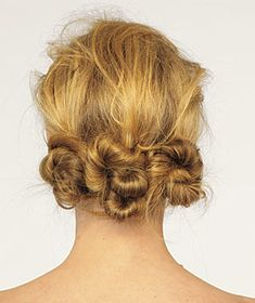 Triple Knots hair back,divide into three sections,and create three low ponytails at the hairline. at a time,twist each ponytail length and wrap the hair around the base of the tail,creating small buns. with bobby pins and set with hair spray. Summer Hairstyles, Pretty Hairstyles, Easy Hairstyles, Hairstyle Ideas, Wedding Hairstyles, Bad Hair Day, Dreads, Great Hair, Looks Cool