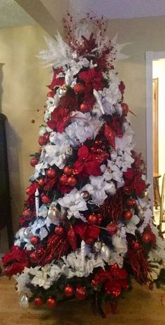 30 Classy And Elegant Floral Christmas Tree Ideas * remajacantik Christmas trees. - New Ideas Christmas Candle Decorations, Ribbon On Christmas Tree, Christmas Tree Design, Christmas Tree Themes, Elegant Christmas, Xmas Tree, Christmas Wreaths, Merry Christmas, Christmas Crafts