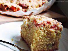 crumblecake with rhubarb and strawberries - spring is in the air | Streuselkuchen mit Rhabarber und Erdbeeren
