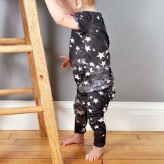 Sew your own star-spangled baby leggings with this sewing pattern from brindilleandtwig. #etsykids