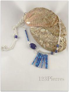 Long collier bleu profond, en lapis-lazuli et tube de verre travaillé : Collier par jade-et-cristal-de-marie