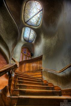 Antoni Gaudi: Casa Batllo: The local name for it is Casa dels ossos (House of Bones) & indeed it has a visceral, skeletal  quality. It is situated in a prosperous district of Barcelona, only identifiable as Modernisme or Art Nouveau in the broadest sense. The ground floor, in particular, is rather astonishing with tracery, irregular oval windows & flowing sculpted stone work. Architecture Design, Beautiful Architecture, Beautiful Buildings, Barcelona Architecture, Spanish Architecture, Art Nouveau, Underground Homes, Interior Exterior, Interior Stairs
