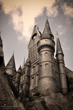 Wizarding World of Harry Potter in Florida- Hogwarts Beautiful Castles, Beautiful Buildings, Hogwarts, Famous Castles, Harry Potter World, Universal Studios, Abandoned Places, Scenery, Places To Visit