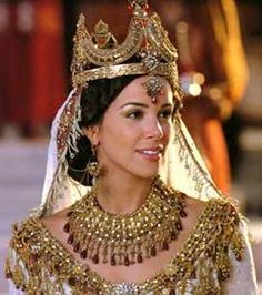Esther, an orphan Jew became the queen of a vast empire. She saved the whole nation of Jews from death. The Jews still celebrate Purim in honour of Esther. Esther Biblia, Reine Esther, Raquel Mello, Corona Real, Book Of Esther, Esther Movie, Movie Costumes, Princess Costumes, Period Costumes