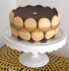 La virilité tranquille   Gâteau chocolat praliné et coques de macarons photo