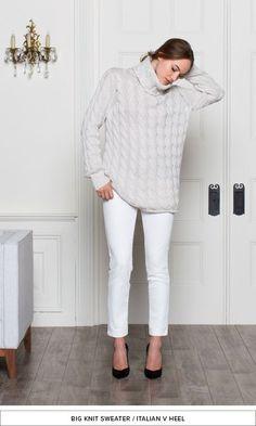 秋冬でも寒い印象にならないオールホワイトコーデ。トップスのセーターをオーバーサイズにしたりゆるっとしたものにすると素材感がでて秋冬にぴったり。