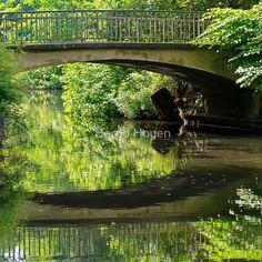 """the bridge reflection"" von Bernd Hoyen #fotografie #photography #fotokunst #photoart #digitalart #baum #bäume #tree #trees #grün #green #see #seen #sea #seas #spiegelung #spiegelungen #reflection #reflections #wasserspiegelung #wasserspiegelungen #brücke #brücken #bridge #bridges #natur #nature #landschaft #landschaften #landscape #landscapes #deutschland #germany #berlin"