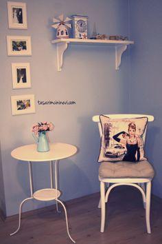 Tasarım yastıklar ile değişen beyaz salonum