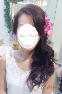 編み込みシニヨンからフェミニンなサイドダウンへ♡リハ篇 |大人可愛いブライダルヘアメイク『tiamo』の結婚カタログ Hair Arrange, Wedding Hairstyles, Wedding Dresses, Hair Styles, Makeup, Brides, Walking, Flower, Fashion