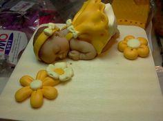 Bomboniera con neonato realizzato in fimo mis. Scatola 8 x 8