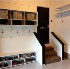 Mudroom: Mantendo a casa limpa : mudroom area in the garage.very cool for those with an attached garage. Garage Entryway, Mud Room Garage, Garage House, Garage Stairs, Garage Laundry, Garage Doors, Laundry Rooms, Diy Projects Garage, Home Projects