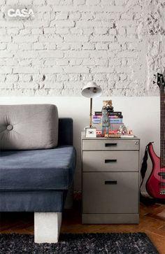 Os móveis da área de refeições são fáceis de deslocar: mesa com rodízios (Firma Casa) e cadeiras de alumínio (Ikea), que chegaram de Miami desmontadas na mala. O sofá exibe como base os típicos blocos de concreto da construção civil. O estofado, de jeans (JRJ), foi feito pela FM Estofados. Almofadas da Decameron.O gaveteiro metálico (Securit) veio do escritório do arquiteto. Em casa, o móvel tem dupla função, pois organiza a papelada e faz as vezes de mesinha lateral.